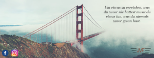 """Hängebrücke die im Nebel verschwindet inklusive Motivationsspruch """"Um etwas zu erreichen, was du zuvor nie hattest musst du etwas tun, was du niemals zuvor getan hast."""""""